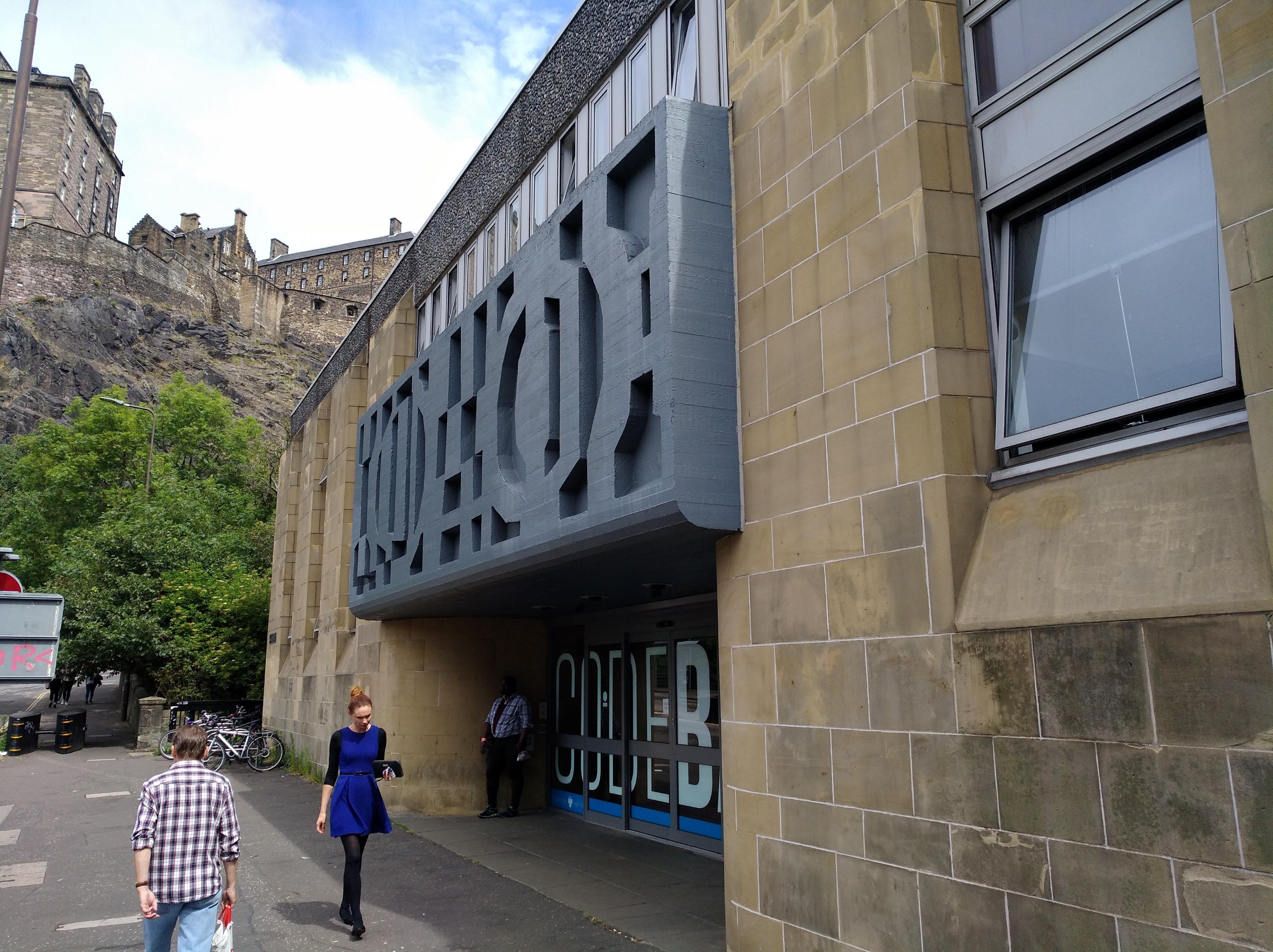 Blick auf den Eingang der CodeBase. Schräg hinter der CodeBase ragt das Edinburgh Castle hervor.