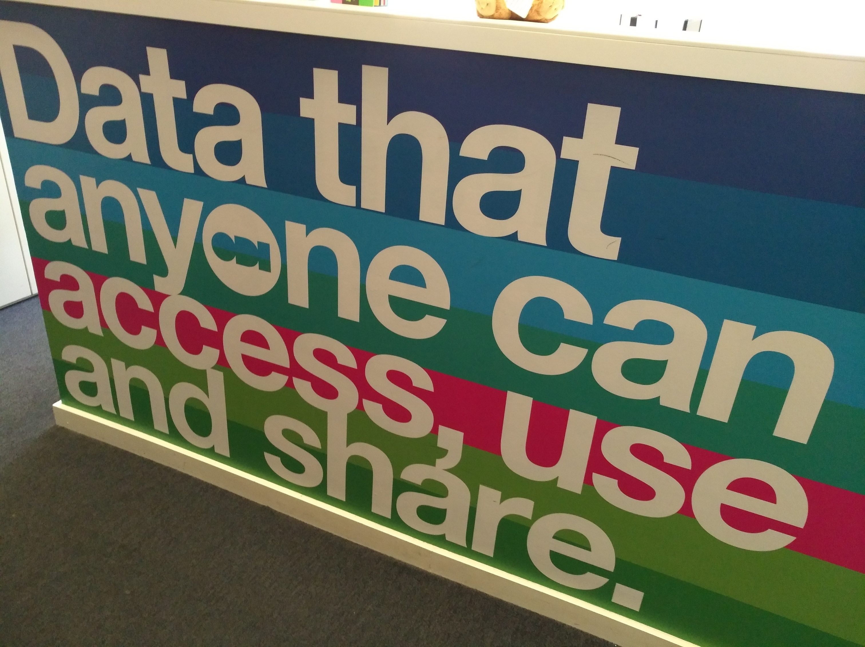 Empfangstresen im eingangsbereich. Darauf steht: Data that anyone can access, use and share.