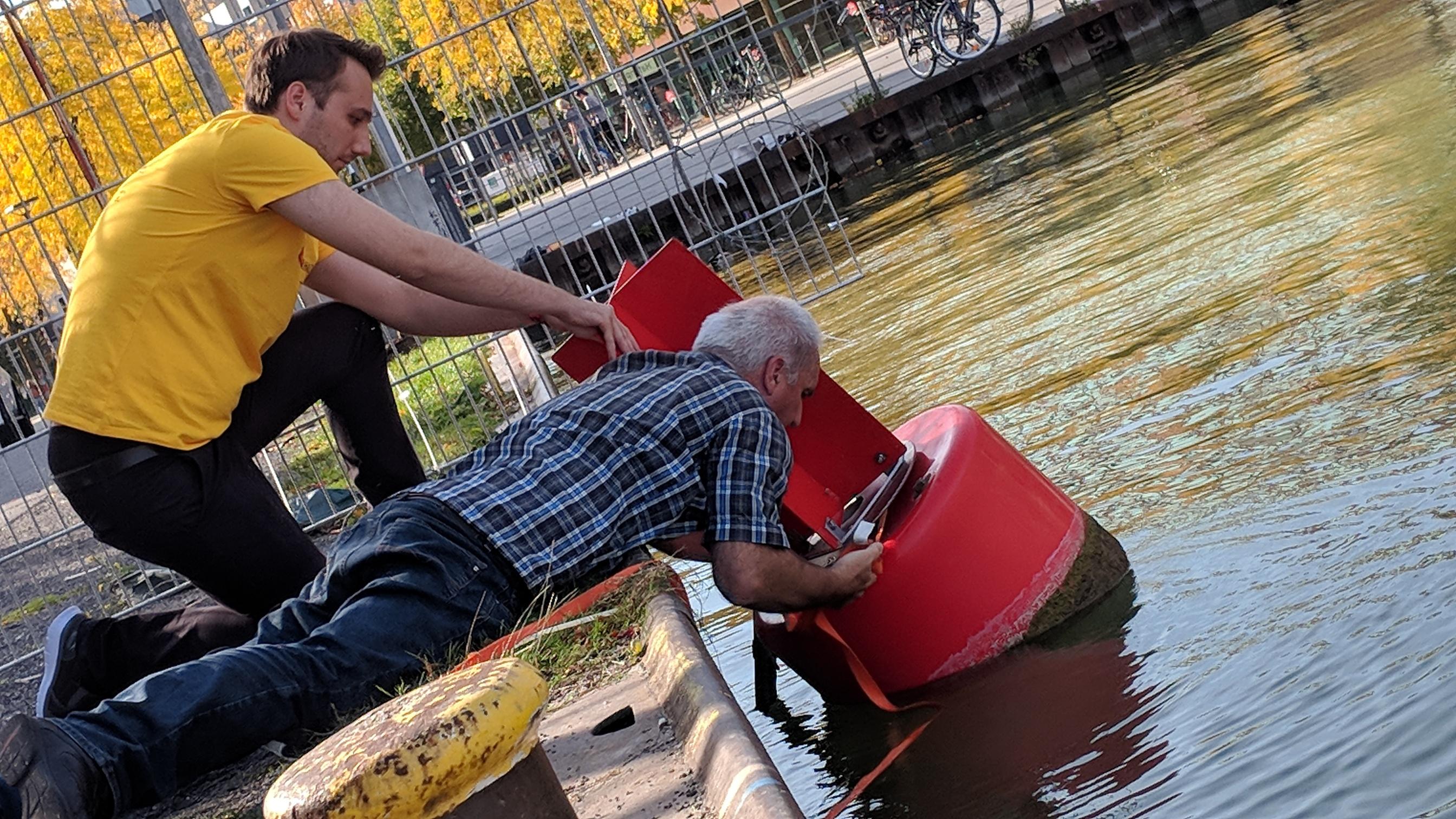 Michael Hermes beim Installieren des Sensors in einer Tonne im Münsteraner Hafen.