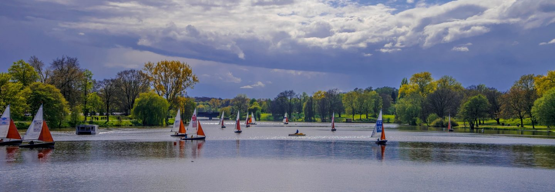 Aasee Münster. Bei leicht bewälktem Himmel sind zahlreiche Segelboote unterwegs.