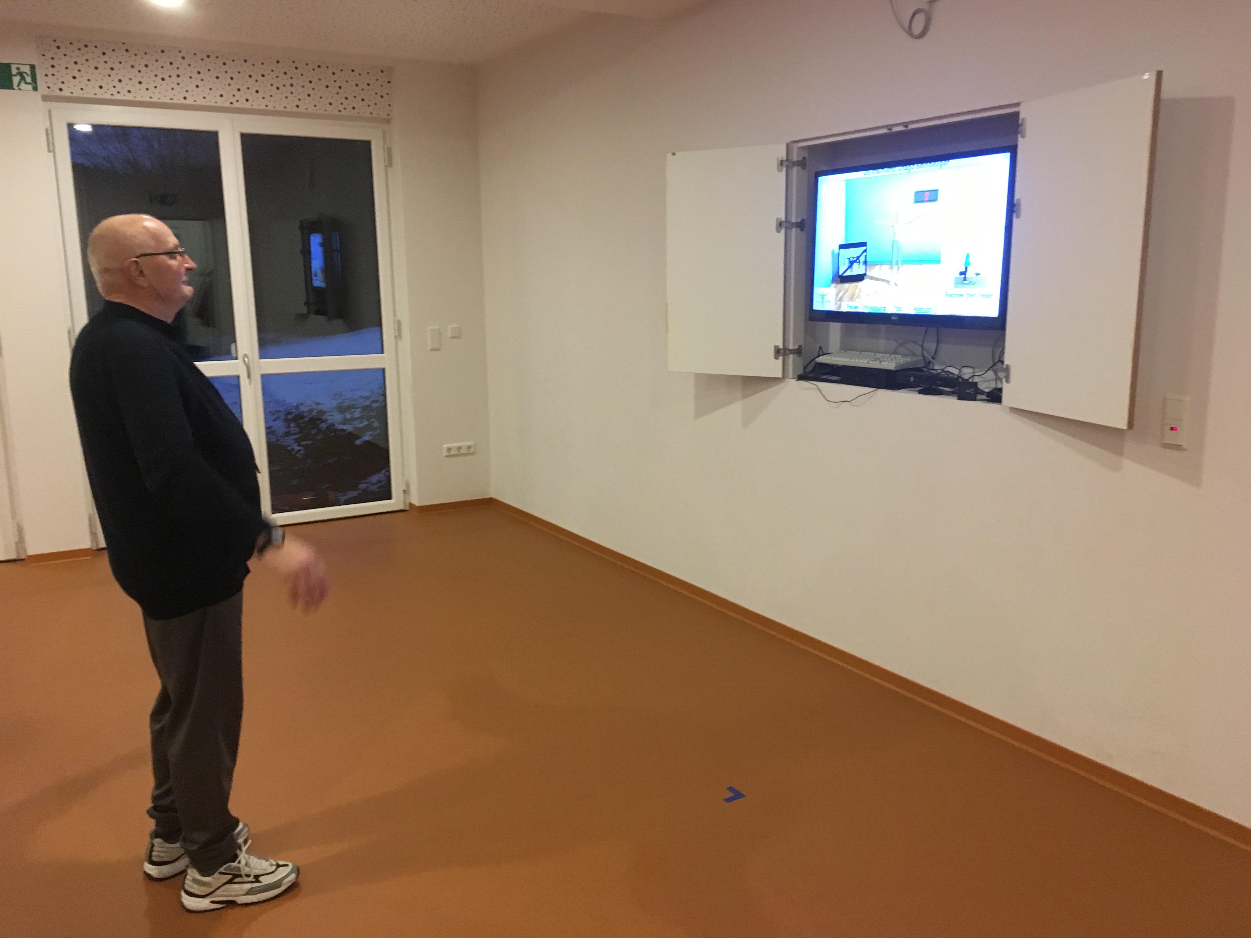 Walter Vinken macht Turnübungen vor dem Monitor.