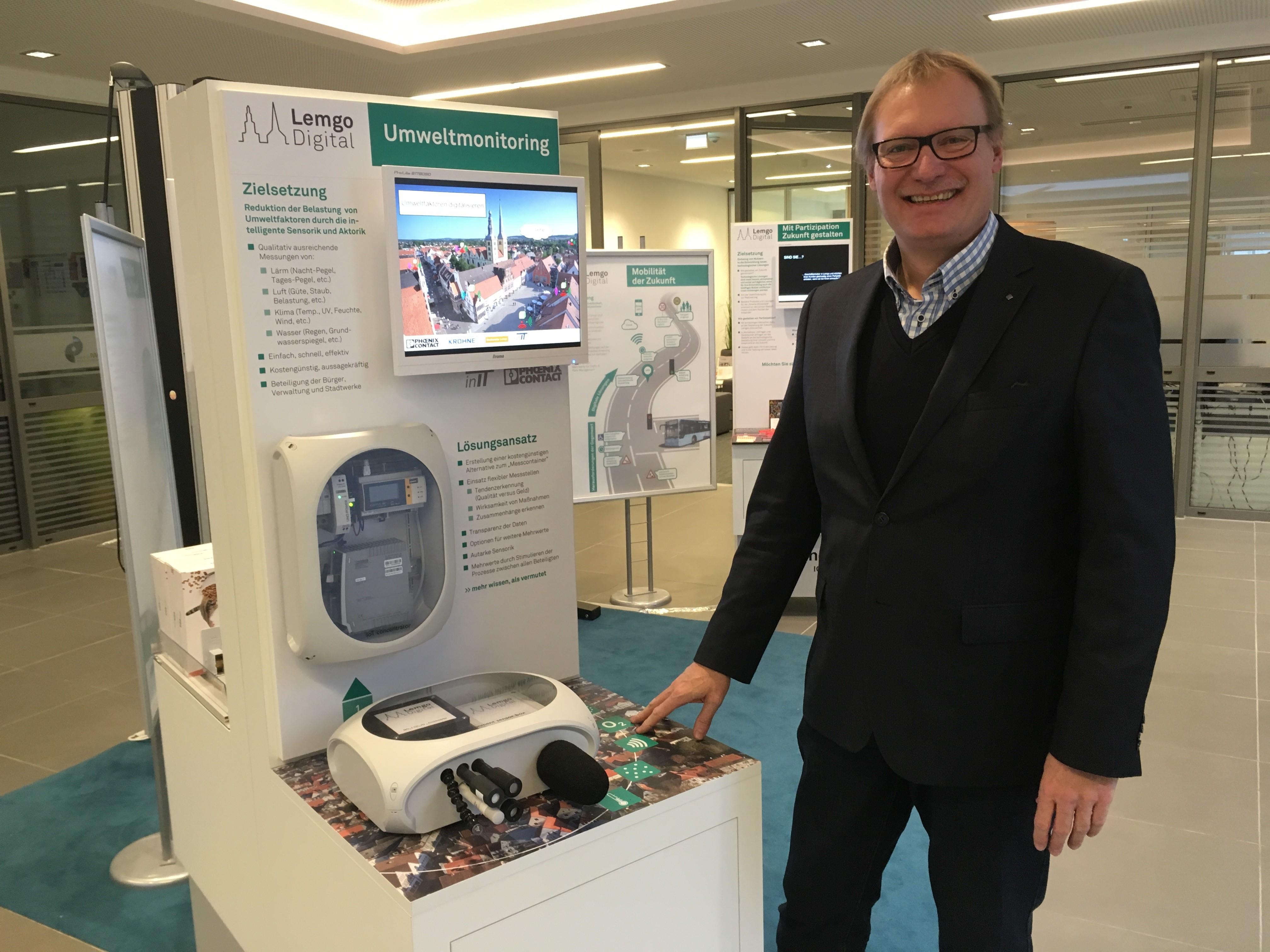 Projektleiter Jens-Peter Seick vor einer der 20 Umwelt-Messstationen.