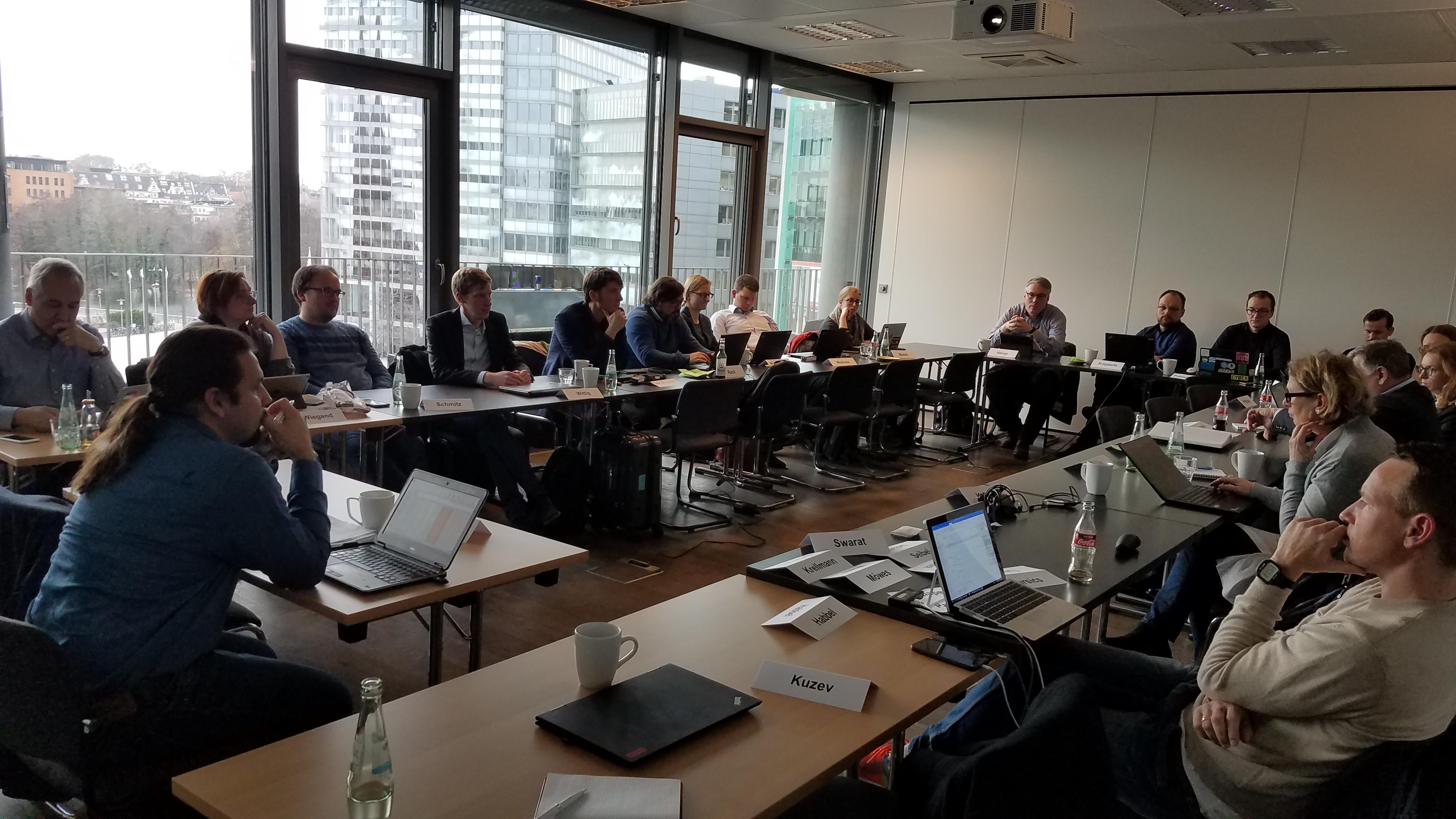 25 Personen in einem Raum versammelt, im startplatz in Köln.