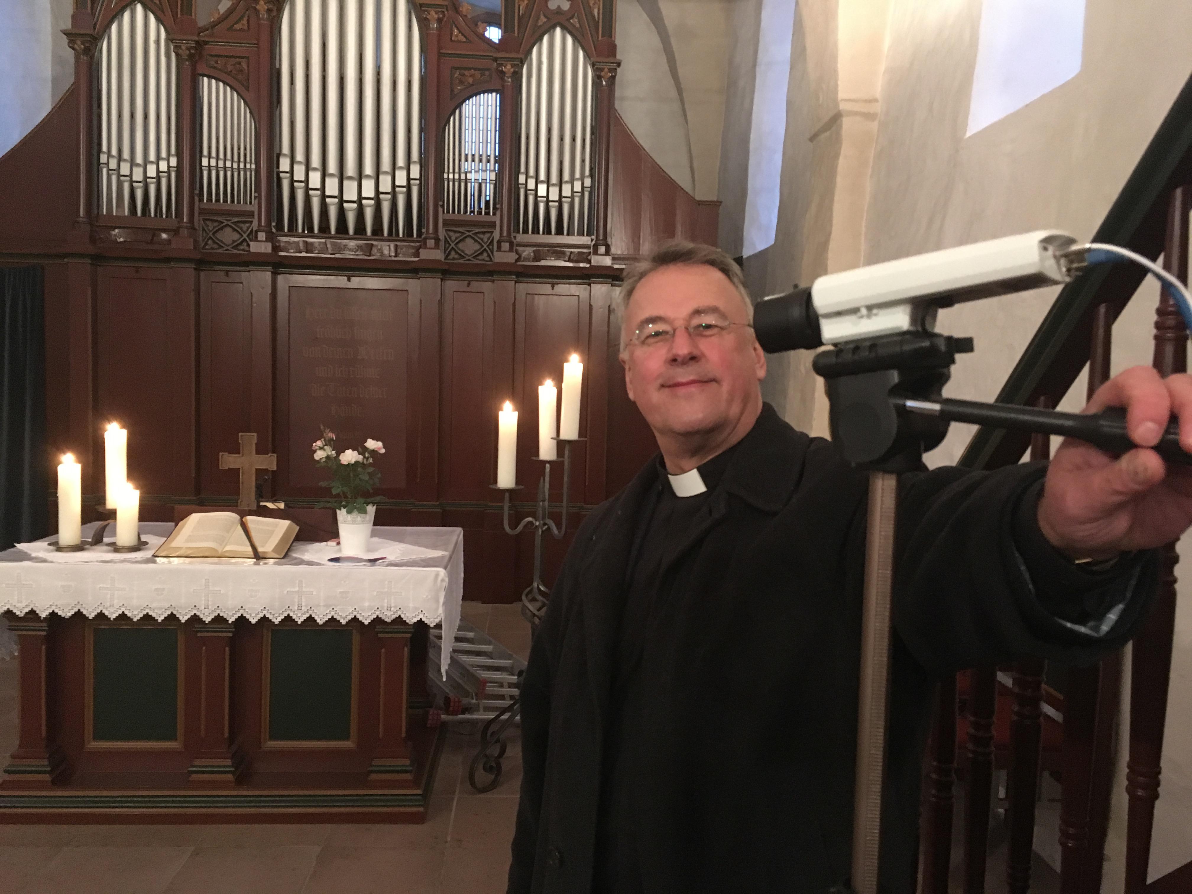 Pfarrer Cierpka bedient die Kamera in der Evangelischen Kirche von Elsoff.
