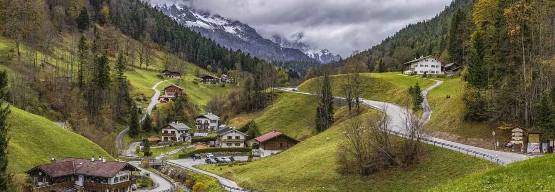 Ein Dorf in den Alpen, in einem kleinen Tal. Zu sehen sind rund ein Dutzend Häuser und kleinere Straßen.