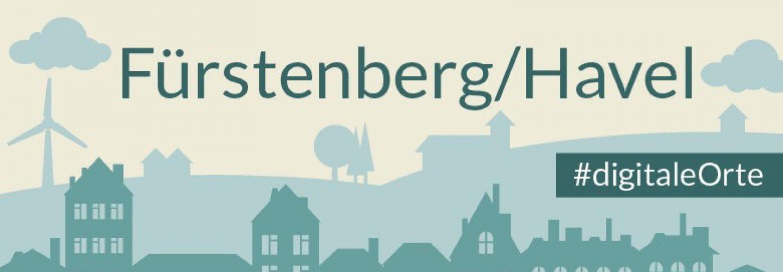 Grafik: in der unteren Hälfte Häuserfassaden, in dunklem Grün. Oben eine hügelige Silhouette. Ganz oben der Schriftzug Fürstenberg/Havel. Rechts an der Seite der Grafik steht der Hashtag Digitale Orte.