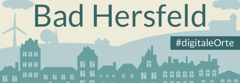 Grafik: in der unteren Hälfte Häuserfassaden, in dunklem Grün. Oben eine hügelige Silhouette. Ganz oben der Schriftzug Bad Hersfeld. Rechts an der Seite der Grafik steht der Hashtag Digitale Orte.