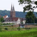 Blick auf zwei Kirchtürme in der Altstadt von Höxter.