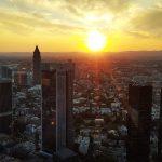 Sonnenuntergang hinter der Skyline von Frankfurt am Main.