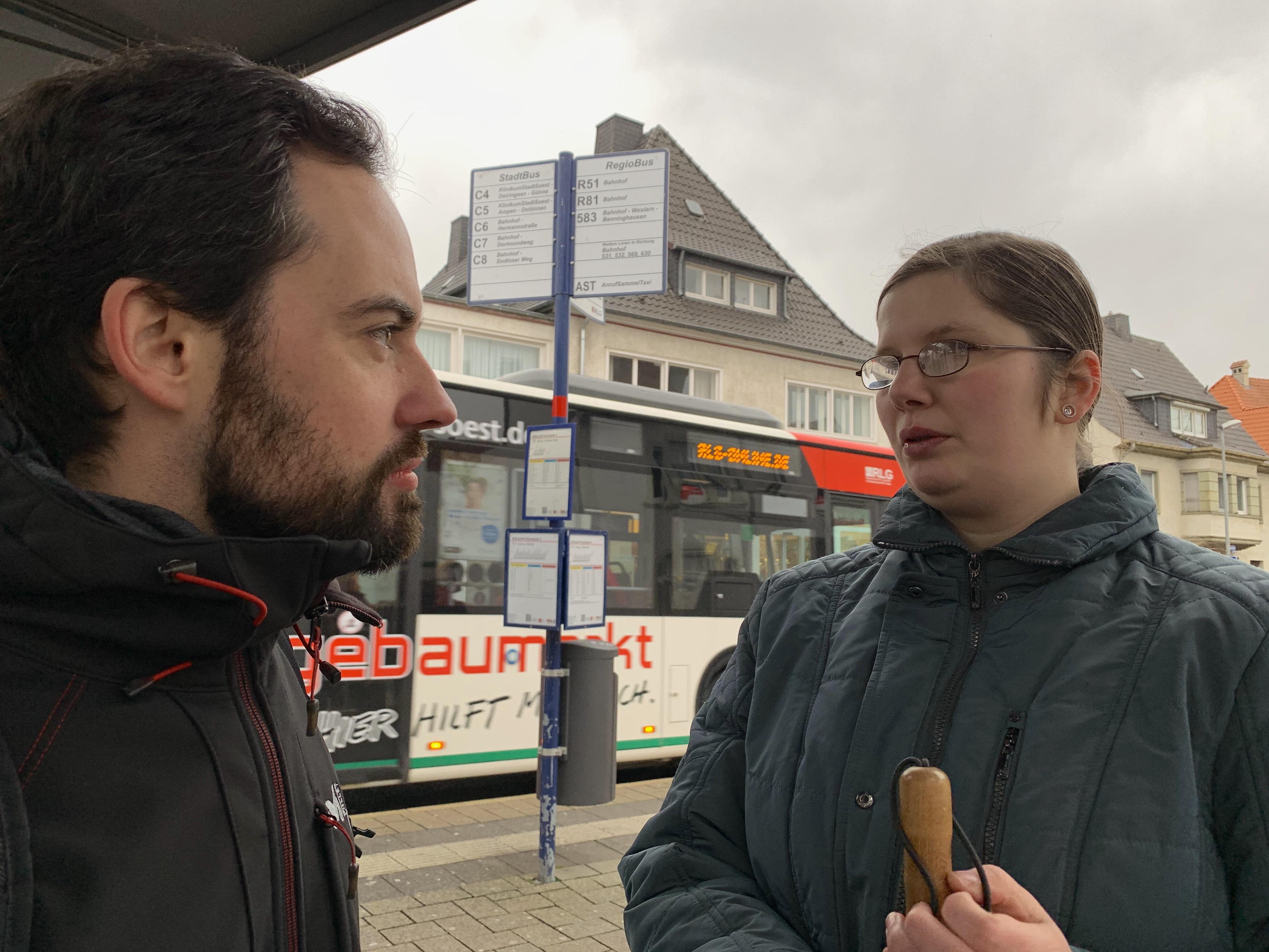 Stephan Siegert und Sarah Spickhofen unterhalten sich in Soest über barrierefreies Fahren.