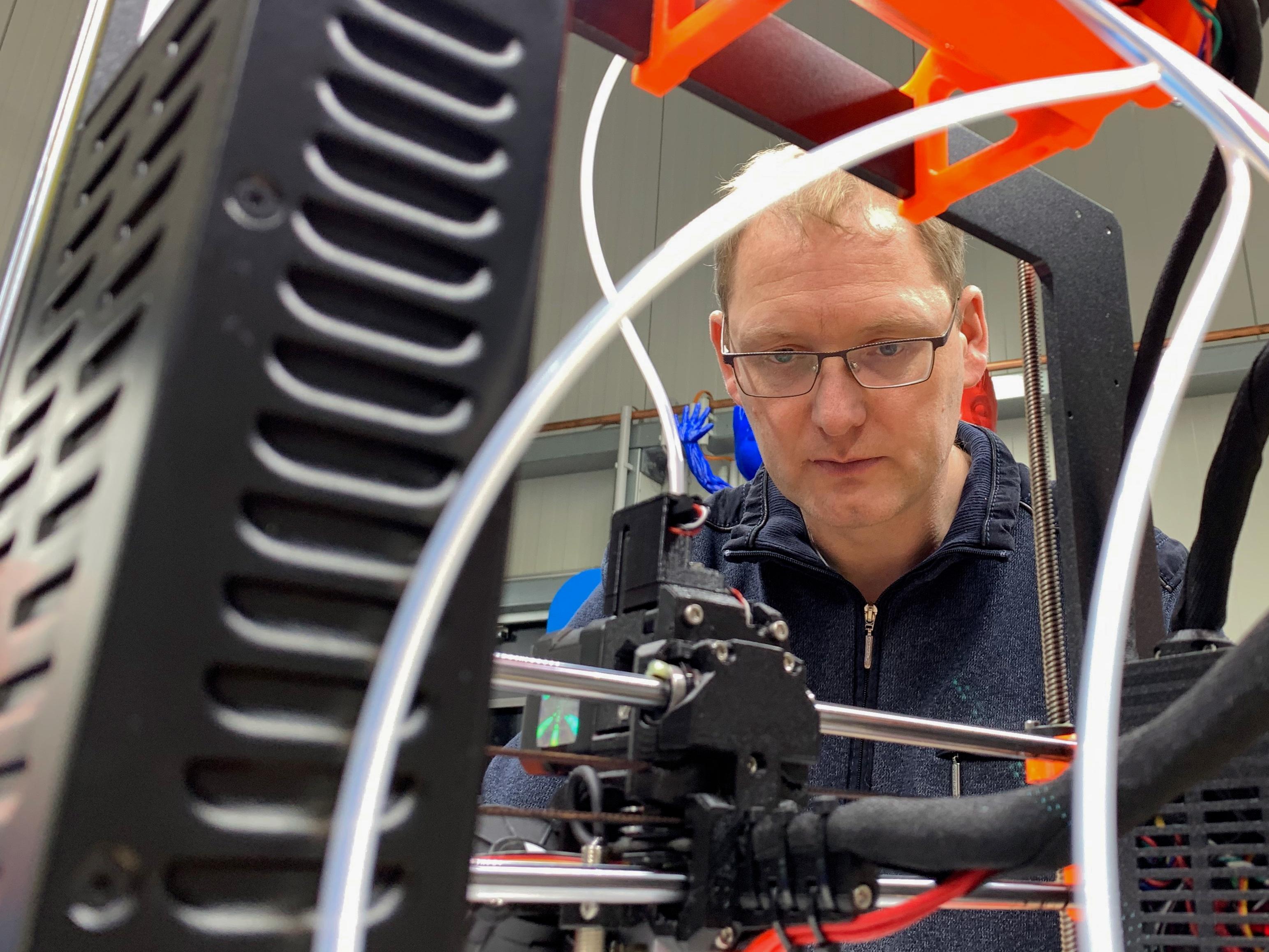 Der Leiter des 3D-Druck-Zentrums in Soest, Jens Bechthold, überprüft die Druckqualität.