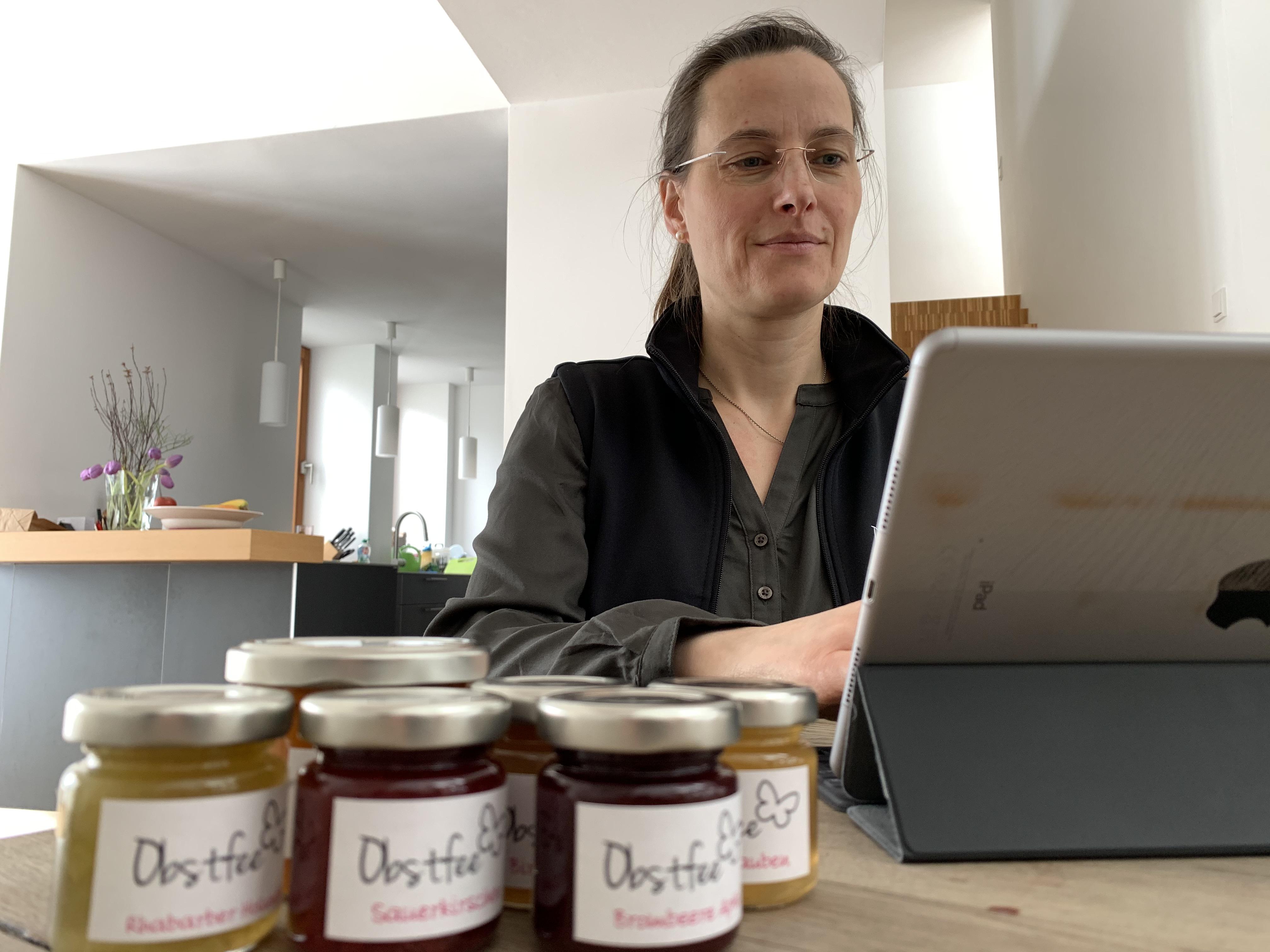 Obstfee Daniela Hunger schreibt auf ihrem Tablet-PC.