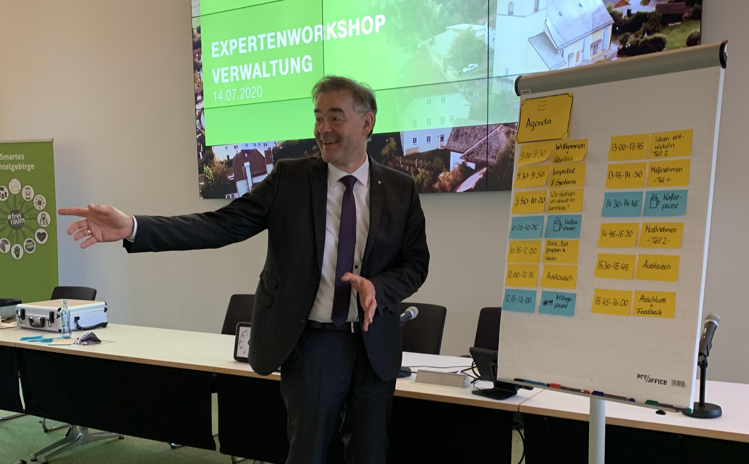 Landrat Peter Berek nimmt an einem Experten-Workshop teil.